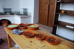 Das wurde an unserem Tisch zubereitet: Ein Gurkensalat mit Minze und einem Dressing aus Rotweinessig, Fischsauce und Honig, und mit Walnüssen gefüllte und mit Honig überzogene Datteln