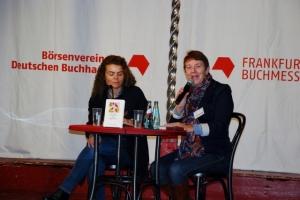 Astrid Rosenfeld (links) im Lesezelt