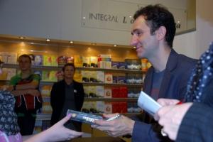 Jonathan Stroud beim Signieren