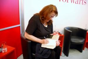 Jutta Ditfurth beim Signieren meines Exemplars