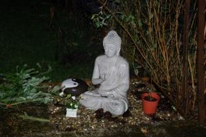 Buddha im Garten vom Yogahäuschen, ganz cool trotz Sintflut