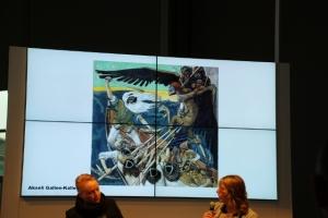 Die beiden Designerinnen mit einer Abbildung aus der Kalevala